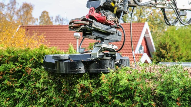Hedge trimmer mounted on an Takeuchi TB295W excavator