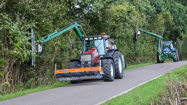 Efficient hedge cutting with two hedge mulcher and tractors
