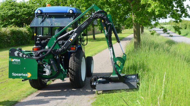 Hydraulic flail mower for compact tractor