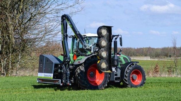 The hedge mulcher is equipped with four rotors with six blades per rotor