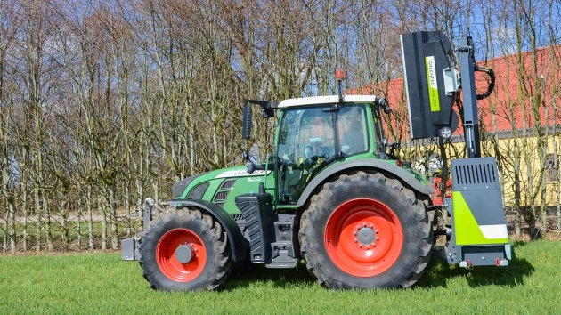 Hedge mulcher mounted on a Fendt 722 Vario tractor