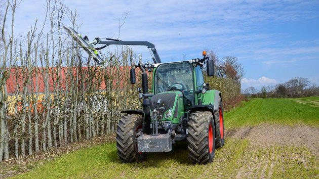 Hydraulic tree cutter mounted on a Fendt 722 Vario tractor
