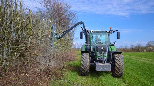 Hedgerow maintenance is performed with the GreenTec Quadsaw LRS 2402