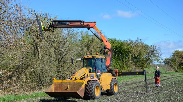 Finger bar hedge trimmer attached to a Palfinger PK 16502 crane and Hydrema 900MPV loader