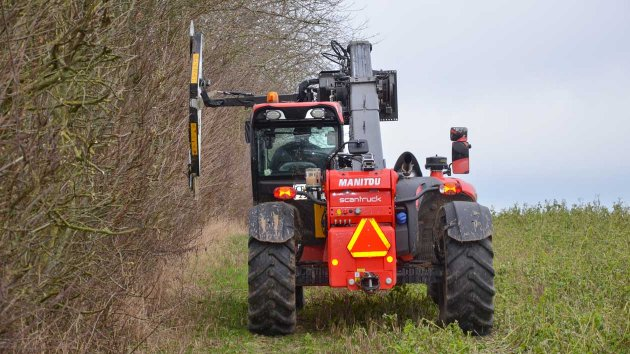 Hedgerow maintenance with circular saw cutter