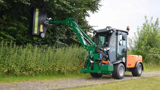 Arm mower cuts the hedge with an attachment tool