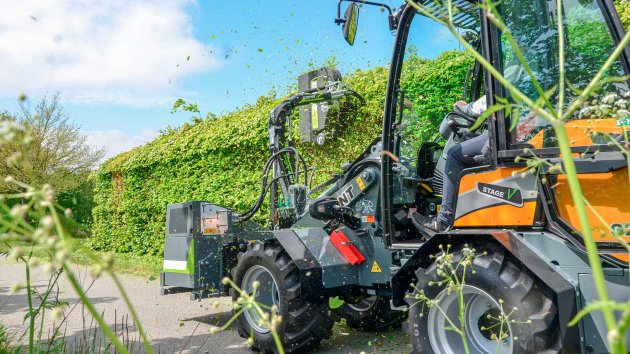 Professional hedge trimming with Giant skid steer