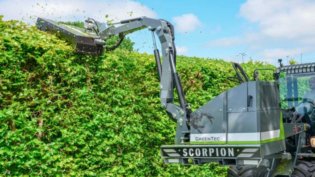 Maintenance of hedges with hydraulic boom mower