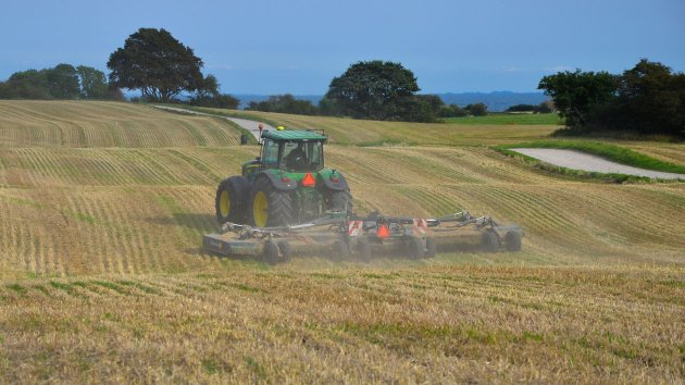Rotary mower cuts stubble in uneven terrain