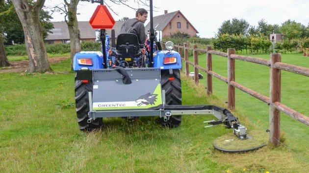 Fence trimmer which is mounted in the 3-point linkage of the tractor