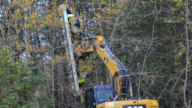 Hydraulic tree saw mounted on a CAT M313D excavator