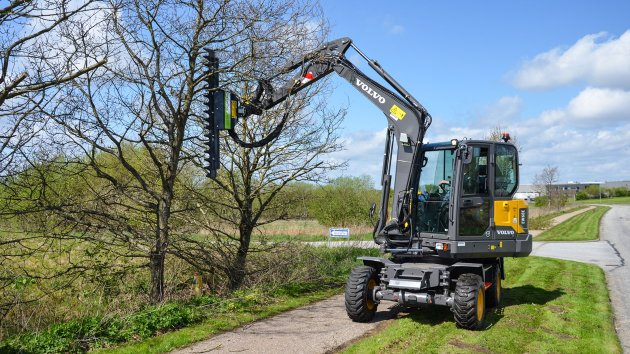 Hedge trimming with finger bar mounted on Volvo EW60E excavator