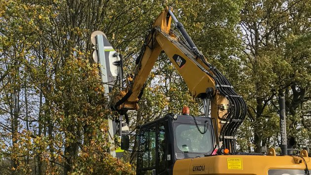 Tree cutting attachment for excavator