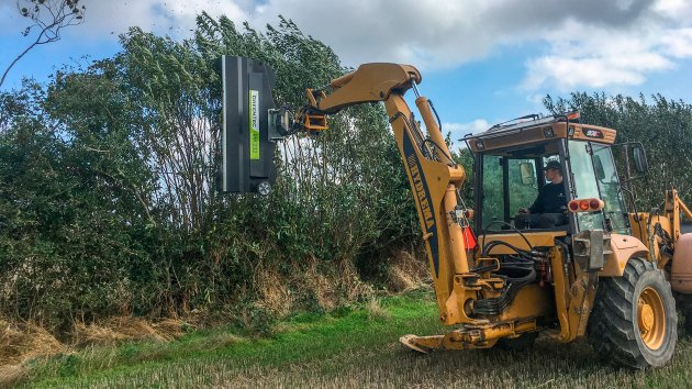 Hedge shredding with Hydrema 906C backhoe