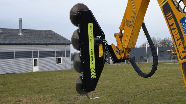 Excavator tree saw attachment