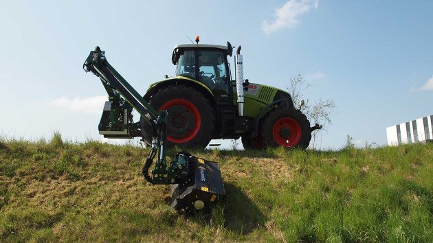The long reach of the arm allows Twiga Pro VFR to mow grass on verges