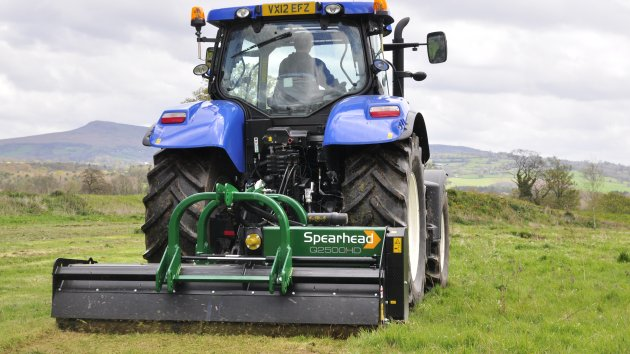 Trident 2000 - 2800 HD is mowing a field of grass