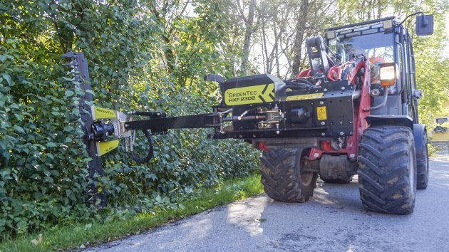 Hydraulic hedge cutter attachment for skid steer loader
