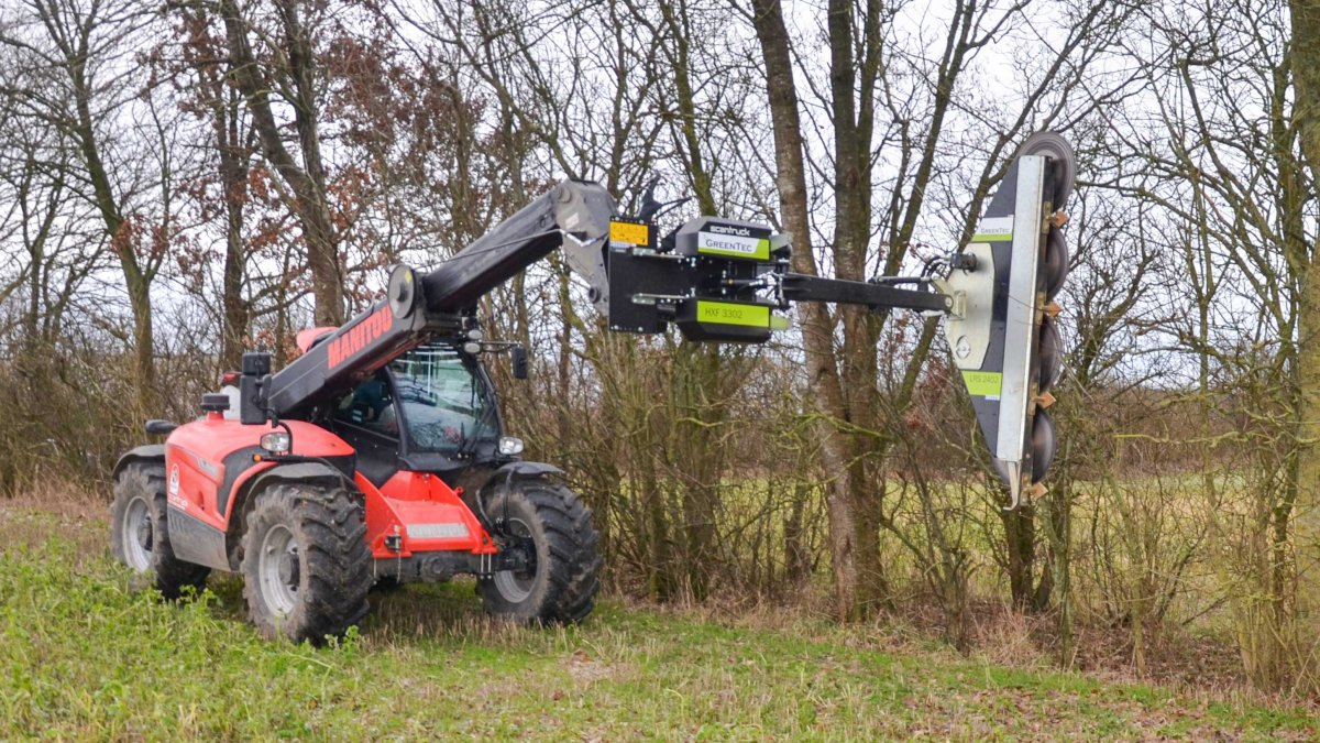 Hedgerow maintenance with GreenTec limb cutter